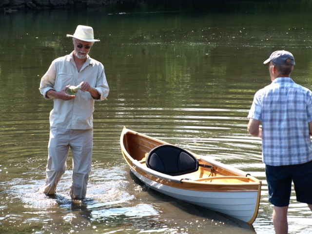 The Wee Rob plans include a decked version but Lorenz (wading) was looking for a light pond boat, and decking would have added significant weight, so he built it as an open boat.