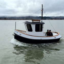 At full power, DOCKHOUSE QUEEN scoots along at 7 knots.