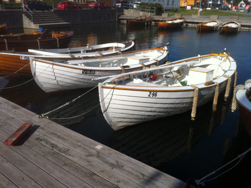 All of the sjektes in this harbor are outfitted with traditional rope fenders.