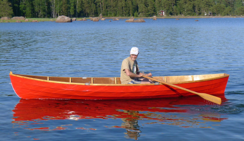With a single rower aboard, the Saajuu is perfectly trimmed. The rocks in the distance are common along Finnish lake shores and require boats like the Saajuu to be easily and quickly steered.