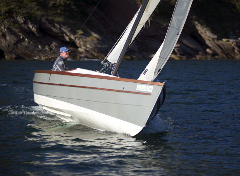 With the ballast tanks empty, the hull rides higher for less wetted surface and better performance in light winds.