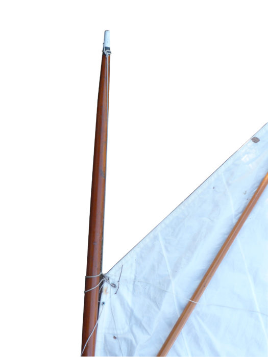 A pennant for the throat takes the place of a halyard and requires the rig to be lowered to reef the sail.