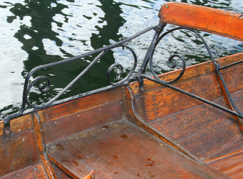 The passenger seat on the wherry has knees with long, elegant knees.