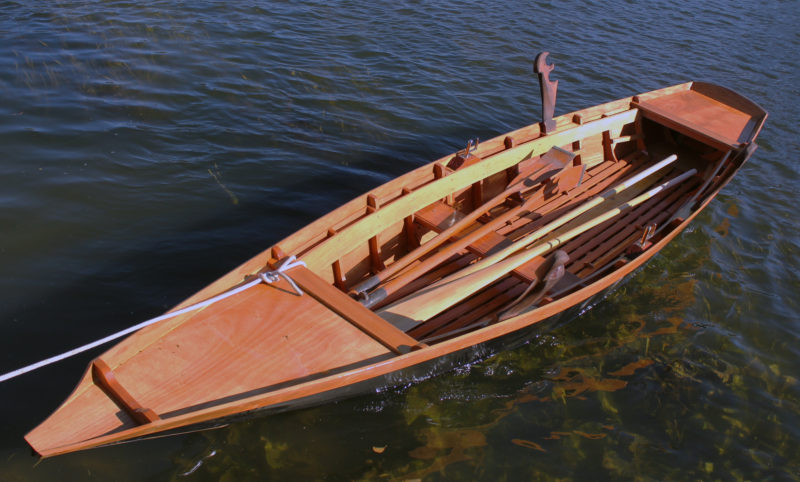 With the lowered thwart amidships and a pair of spoon-bladed oars aboard, this s'ciopon can be rowed with the oarsman seated.
