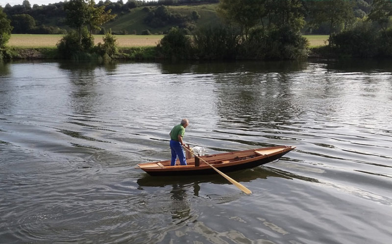 Far from the canals and lagoons of Venice, Richard Nissen plies the pastoral waters of the River Thames. His oars are crossed in the alla valesana style.