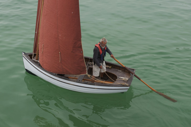 The rudder isn't in place at the moment, but if it were, it wouldn't interfere with sculling. The notch in the transom is set to port. The notch is a circular with an opening at the top wide enough to accept the throat of the oar, but too narrow to let the leathers slip through. The arrangement keeps the oar from slipping free, handy when sculling or when using the oar as a stand-in for the rudder, as seen here.