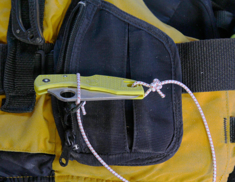 The object to be tethered, here a folding knife, gets slipped through the angler's Loop.
